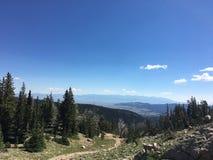 Un chemin dans Montana Mountains image libre de droits