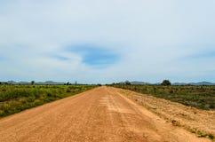 Un chemin de terre dans les plaines images libres de droits