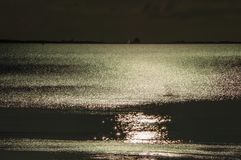 Un chemin du soleil se reflétant dans la mer Photo stock