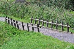 Un chemin et une petite vieille barrière en bois Image libre de droits