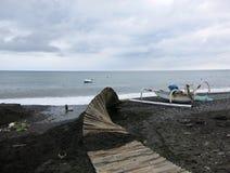 Un chemin fait en bambou, détruit par des vagues pendant une tempête photo libre de droits