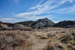 Un chemin mène à travers les canyons de prairie photographie stock