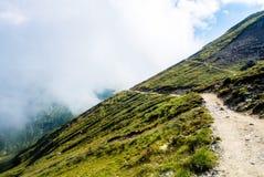 Un chemin serpentin entrant vers le bas dans les montagnes de Carpatian et un Bi Images stock