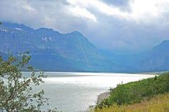 Un chiaro lago blu in Glacier National Park all'alba in ispiratore Fotografia Stock Libera da Diritti