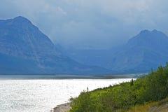 Un chiaro lago blu in Glacier National Park all'alba in ispiratore Immagine Stock Libera da Diritti