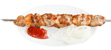 Un chiche-kebab d'agneau du plat blanc d'isolement Photos libres de droits