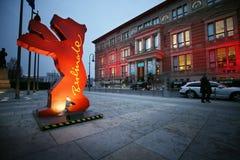 Un chiffre d'ours de Berlinale est vu comme personnes Photographie stock
