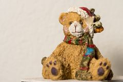 Un chiffre en céramique d'ours de nounours au temps de Noël Photographie stock libre de droits
