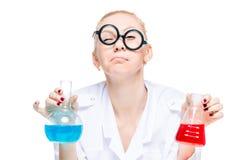Un chimico pazzo in vetri divertenti con i comportamenti delle provette Immagini Stock