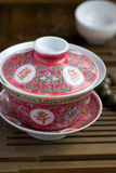 Un Chinois gaiwan avec du thé sur une table de thé Photos stock