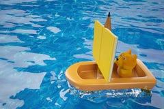 Un chiot de bande dessinée dans un bateau de crayon et de livre, rendu 3D Photographie stock