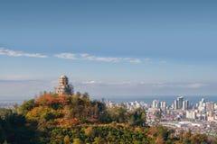 Un chirch sur le dessus de la colline colorée photos libres de droits