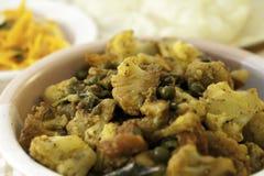 Un chou-fleur et un Pea Curry indiens traditionnels image stock
