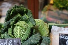 Un chou mûr au marché d'un agriculteur à Vienne photo stock