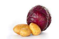 Un chou rouge entier avec trois pommes de terre Images libres de droits