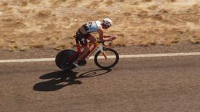 Un ciclista che guida la sua bici sul colpo della strada video d archivio