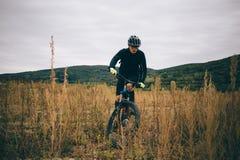 Un ciclista en negro Imagenes de archivo