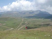 Un ciclista que desafía los peligros de las montañas cárpatas fotos de archivo libres de regalías