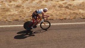 Un ciclista que monta su bici en tiro del camino almacen de metraje de vídeo