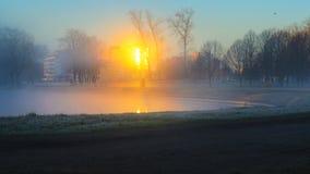 Un ciclista solitario en niebla de la mañana imagenes de archivo