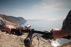 Un ciclista sta sull'alta spiaggia Fotografia Stock Libera da Diritti