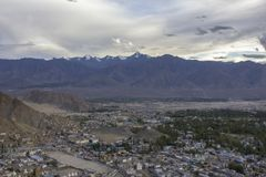 Un ciel égalisant au-dessus de la ville dans une vallée de montagne de l'Himalaya photo stock