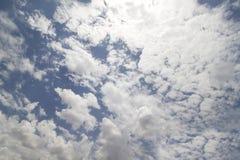 Un ciel bleu avec les nuages pelucheux image libre de droits