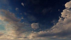 Un ciel bleu-clair avec les nuages blancs et d'or Photographie stock libre de droits