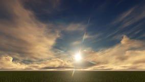 Un ciel bleu-clair avec les nuages d'or sur un champ Photo stock
