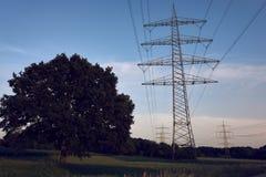 Un ciel bleu et un poteau de puissance images libres de droits