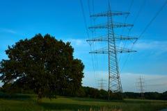 Un ciel bleu et un poteau de puissance photo stock