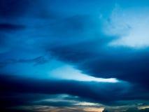 Un ciel bleu-foncé de soirée Photos libres de droits