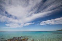 Un ciel bleu sur la plage croate Images libres de droits