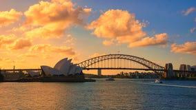 Un ciel brûlant au-dessus du pont de théatre de l'opéra et de port de Sydney photographie stock libre de droits