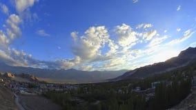 Un ciel de coucher du soleil de laps de temps au-dessus de ville dans une vallée de montagne banque de vidéos