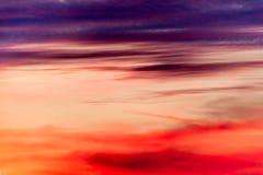 Un ciel divisé en pourpre et rouge image libre de droits