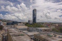 Un ciel lumineux nuageux de midi forme un contexte pour Nicholas Towers à Port-d'Espagne Trinidad Photo stock