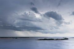 Un ciel mal à l'aise et sombre au-dessus de la rivière Pluie de attente et orages horizontaux photos stock