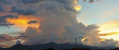 Un ciel non réglé au-dessus du Huachucas au coucher du soleil photos libres de droits