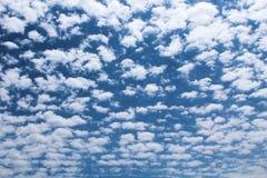 Un cielo azul bordado con las nubes blancas foto de archivo libre de regalías