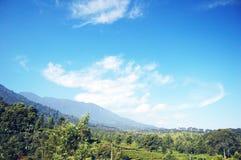 Un cielo azul brillante sobre el pico Imágenes de archivo libres de regalías