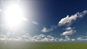 Un cielo azul claro con las nubes blancas en un campo Fotos de archivo libres de regalías
