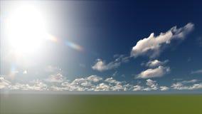 Un cielo azul claro con las nubes blancas en un campo Imagenes de archivo