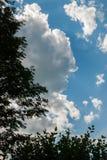 Un cielo azul con las nubes en un día de verano soleado Foto de archivo