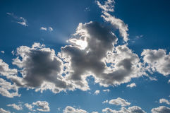 Un cielo azul con las nubes rizadas en un día de verano Foto de archivo