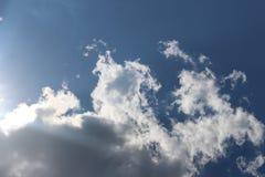 Un cielo azul con verano se nubla en Bulgaria, irradiada por el sol, la ciudad de Petrich imagenes de archivo