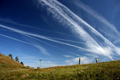Un cielo azul cruzó por los rastros de plano Fotografía de archivo