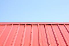 Un cielo azul maravilloso detrás de la superficie del tejado del metal Fotografía de archivo