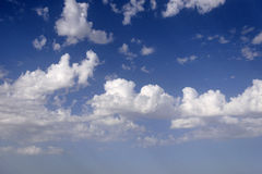 Un cielo azul natural con las nubes imágenes de archivo libres de regalías