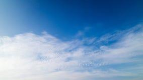 Un cielo blu con le nuvole Immagini Stock